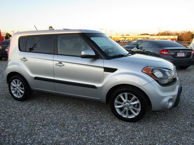 2013 Silver /Black Kia Soul ! (KNDJT2A62D7) with an 2.0L L4 DOHC 16V engine, Automatic transmission, located at 15016 S Hwy 231, Midland City, AL, 36350, (334) 983-3001, 31.306210, -85.495277 - Photo #0