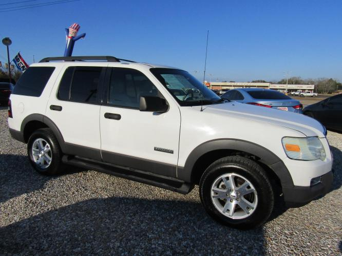 2006 White /Tan Ford Explorer XLT 4.6L 2WD (1FMEU63896U) with an 4.6L V8 SOHC 16V engine, Automatic transmission, located at 15016 S Hwy 231, Midland City, AL, 36350, (334) 983-3001, 31.306210, -85.495277 - Photo #0