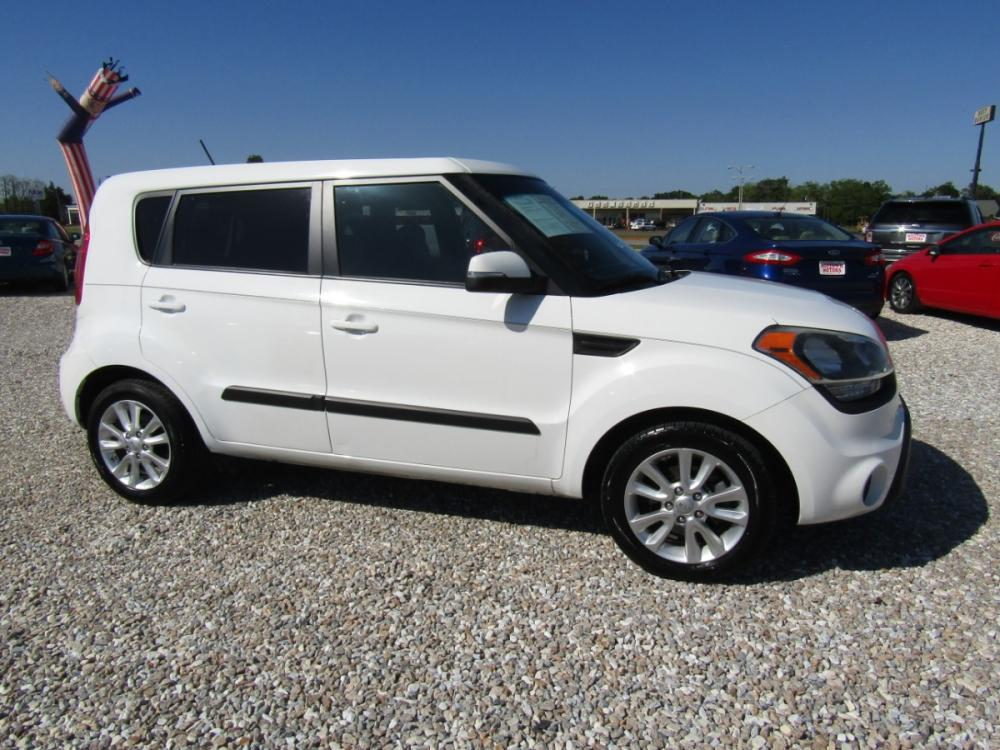 2013 White /Black Kia Soul ! (KNDJT2A64D7) with an 2.0L L4 DOHC 16V engine, Automatic transmission, located at 15016 S Hwy 231, Midland City, AL, 36350, (334) 983-3001, 31.306210, -85.495277 - Photo #0
