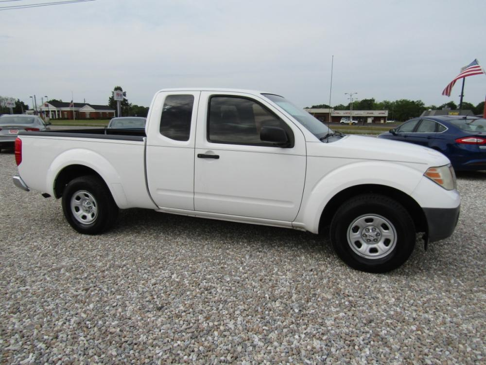 2009 White /Gray Nissan Frontier SE King Cab 2WD (1N6BD06T59C) with an 2.5L L4 DOHC 16V engine, Automatic transmission, located at 15016 S Hwy 231, Midland City, AL, 36350, (334) 983-3001, 31.306210, -85.495277 - Photo #0